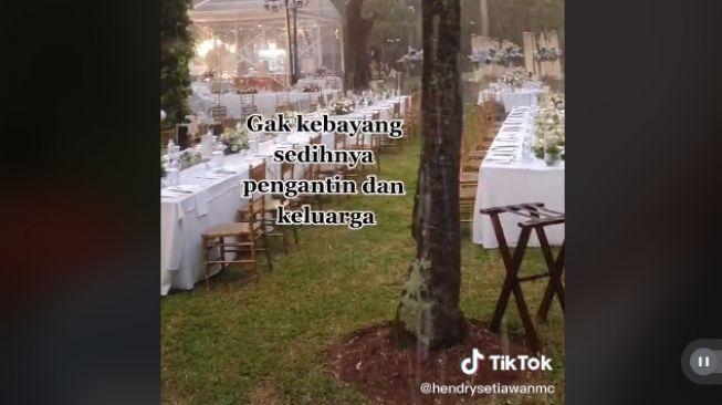Lokasi pernikahan outdoor diguyur hujan jelang acara dimulai (tiktok.com/@hendrysetiawanmc)