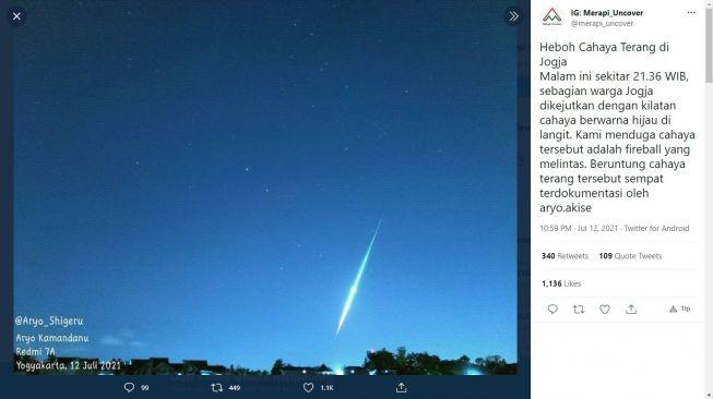 Kilatan cahaya terang di langit malam Jogja - (Twitter/@merapi_uncover)