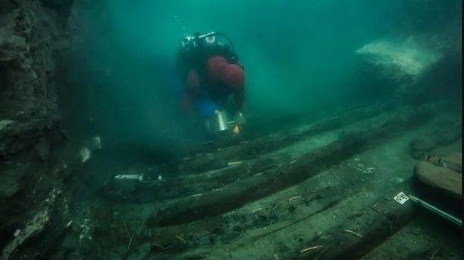 Kapal kuno tenggelam di kota bawah laut Mesir. [Science Alert]
