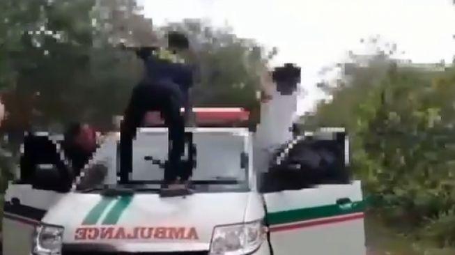 Viral video aksi mahasiswa joget di atas ambulans. (Instagram/kamerapengawas)
