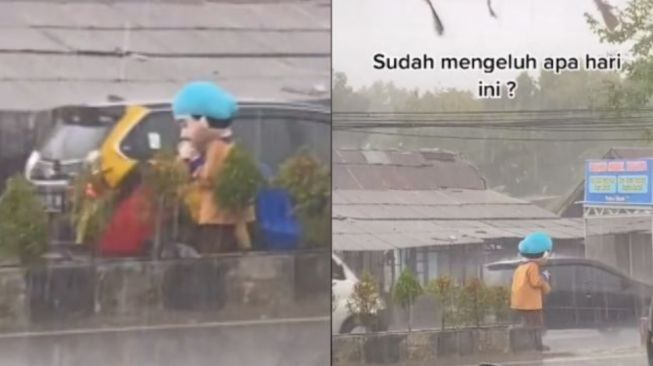 Viral Potret Perjuangan Boneka Badut Tetap Ngamen Meski Diguyur Hujan (TikTok)