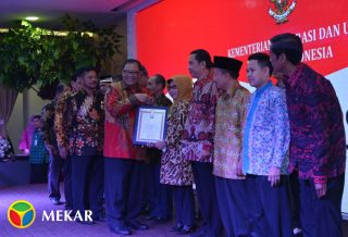 Penghargaan Bakti Koperasi Yang Diraih Oleh Ketua Koperasi Abdi Kerta Raharja Hj Farida