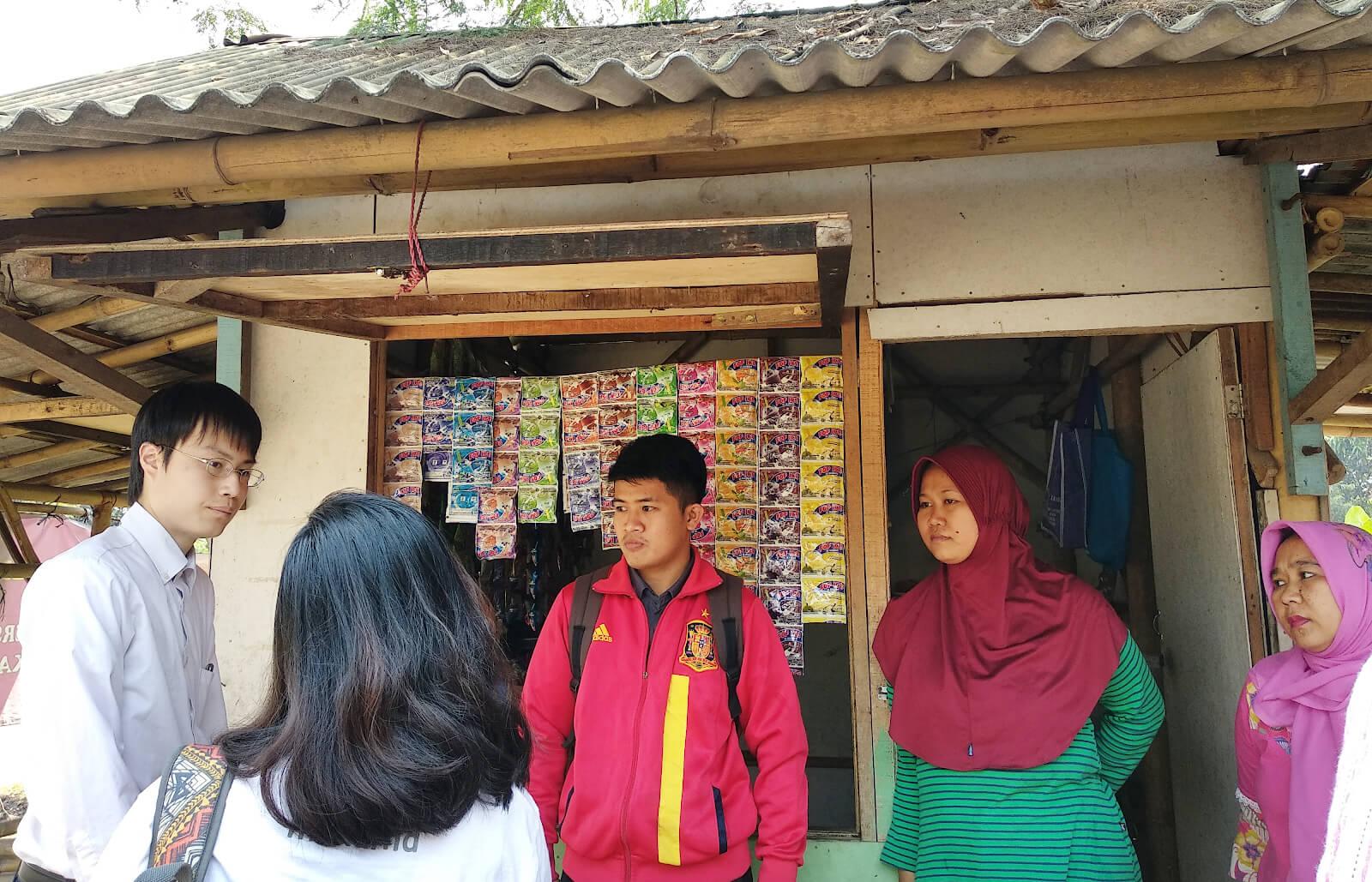 Ekonom JCER Kazuya Manabe Berkunjung Ke Usaha Mikro Anggota Koperasi AKR
