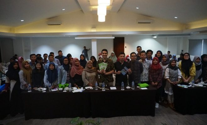 Photo Session With Seminar Attendees And Mekar & Kredit Pintar Representatives