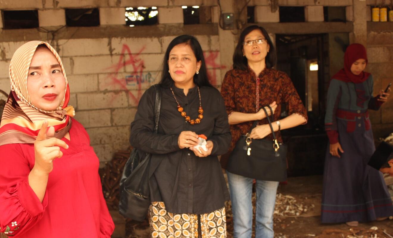Usmini (kiri), seorang pengusaha mikro, menjelaskan proses pembuatan keripik singkong pada dua orang peserta acara meet and greet.