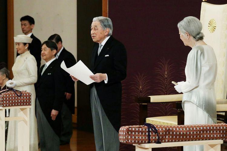 Momen saat Kaisar Akihito turun tahta ditemani sang Permaisuri Michiko