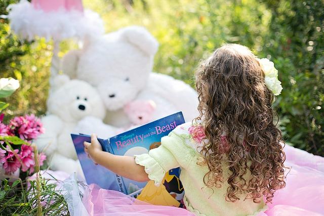 https://s3-ap-southeast-1.amazonaws.com/mindchamps-prod-wp/wp-content/uploads/2017/07/16142553/little-girl-reading-912380_640.jpg