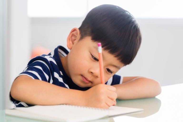 https://s3-ap-southeast-1.amazonaws.com/mindchamps-prod-wp/wp-content/uploads/2019/01/16220150/teach-child-write-name.jpg