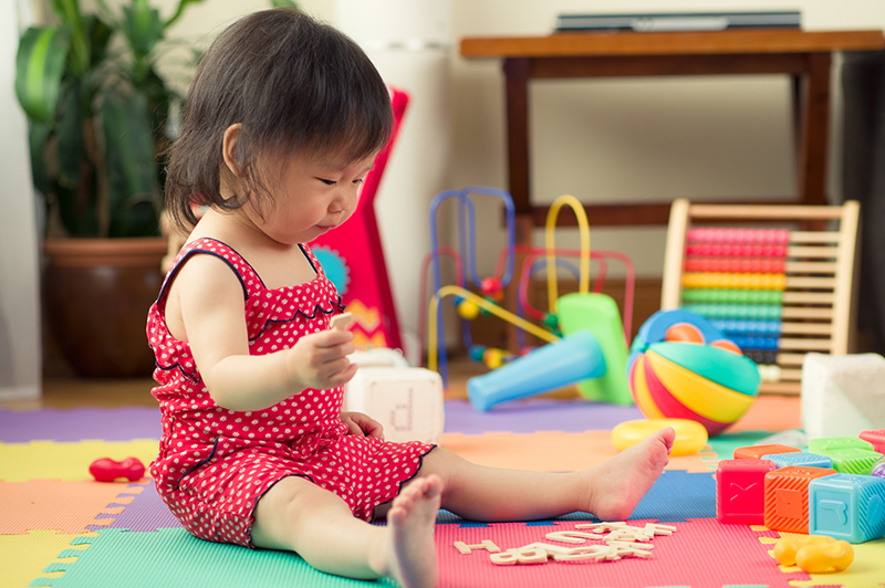 https://s3-ap-southeast-1.amazonaws.com/mindchamps-prod-wp/wp-content/uploads/2019/03/16222959/Toddler-playing.jpg