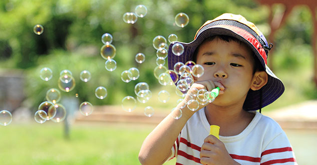 https://s3-ap-southeast-1.amazonaws.com/mindchamps-prod-wp/wp-content/uploads/2019/09/16231518/Boy-blowing-bubbles.jpg
