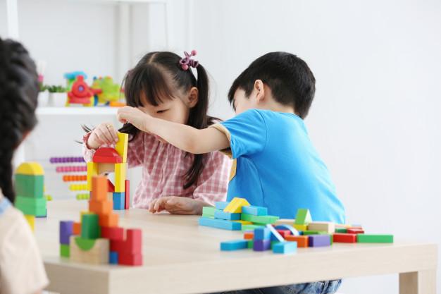 https://s3-ap-southeast-1.amazonaws.com/mindchamps-prod-wp/wp-content/uploads/2019/12/16232535/Preschool-kids-playing-blocks.jpg