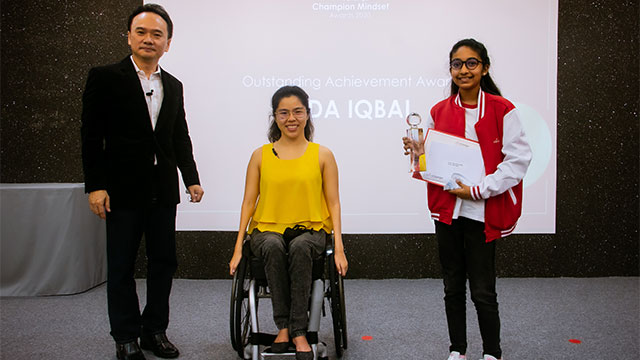 PSLE student receiving award