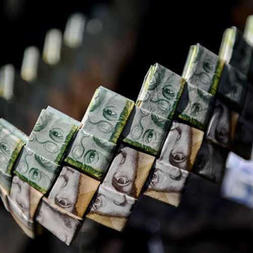 Venezuelans-Making-Artwork-Out-of-Worthless-Banknotes