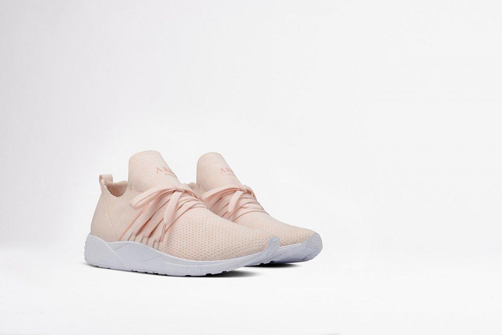 """5 đôi giày sneaker hồng đang """"thống trị"""" mùa hè 2017"""