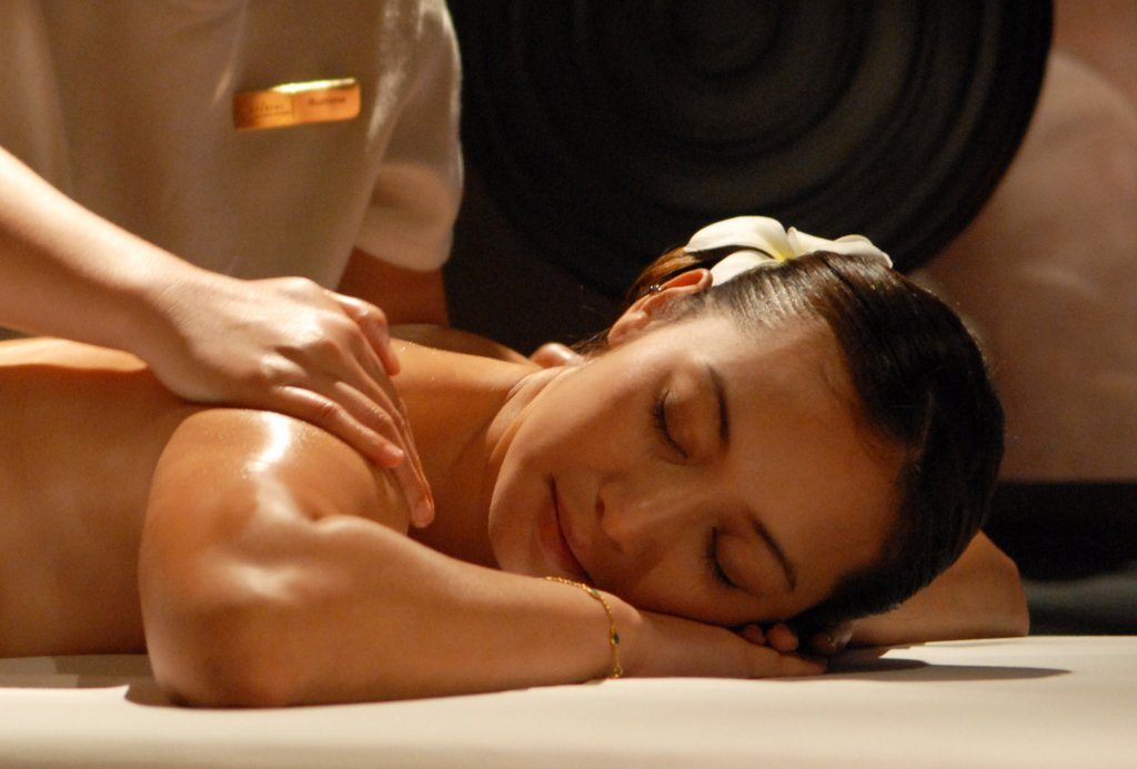 Những loại tinh dầu massage giúp con gái đẹp da, thư giãn