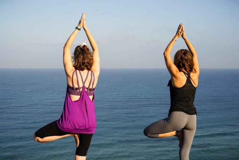 """4 tư thế yoga giúp bạn khắc phục nhược điểm """"lưng tôm"""""""