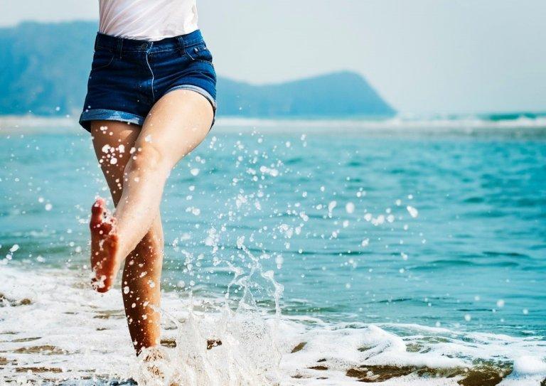 Gợi ý 9 kiểu tạo dáng để có ảnh đi biển cực xinh cho bạn gái