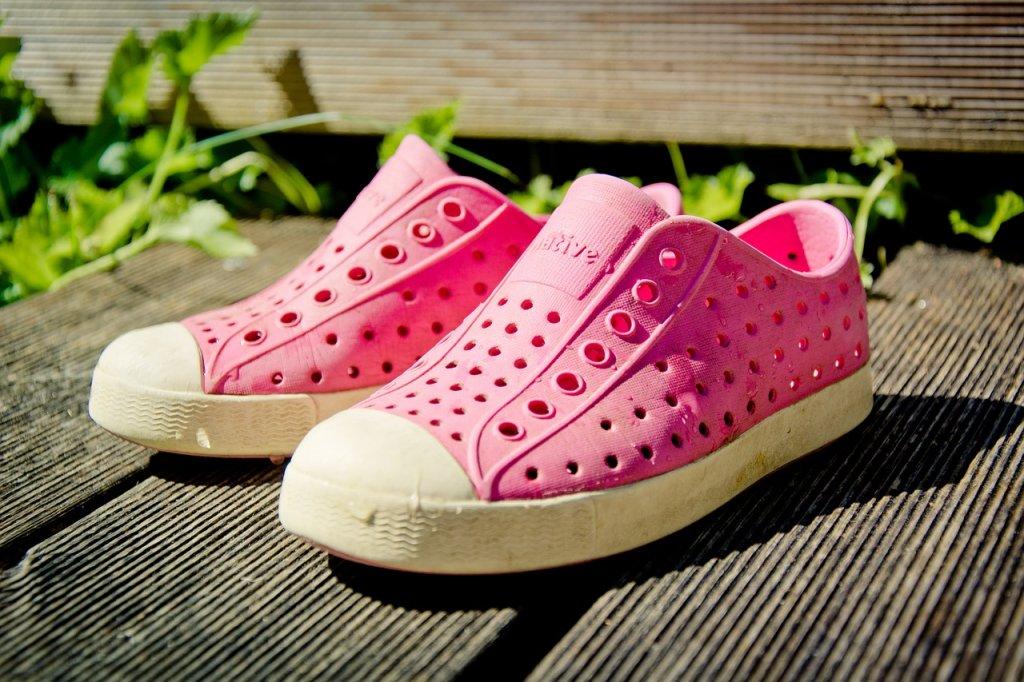 """""""Thảm họa thời trang"""" dép Crocs lại siêu hot trong hè này"""