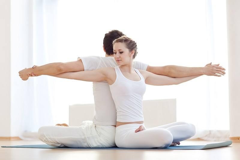 """5 tư thế yoga đôi giúp bạn cùng """"người ấy"""" ngày càng gắn kết"""