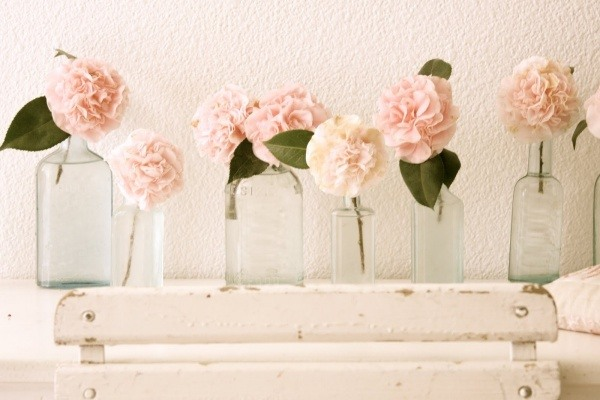 vintage-glass-bottles-centerpieces-pink-garden-roses-budget-friendly-centerpiece-ideas