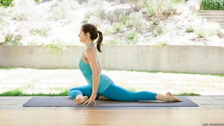 """Bật mí cho nàng những tư thế yoga giúp """"chuyện ấy"""" thăng hoa"""