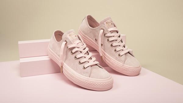 """4 đôi giày sneaker màu nude khiến phái đẹp """"phát cuồng"""""""