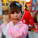 640px-a_young_japanese_girl_in_traditional_outfit_playingg_flute_during_festival-_fukuoka_japan_east_asia