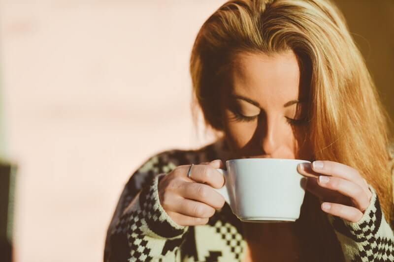 5 mẹo tuyệt vời để tránh vết son bám trên thành cốc và cổ áo
