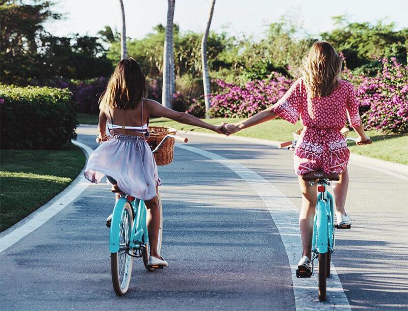 Chụp ảnh đôi với cô bạn thân mặc gì cho chất và lung linh