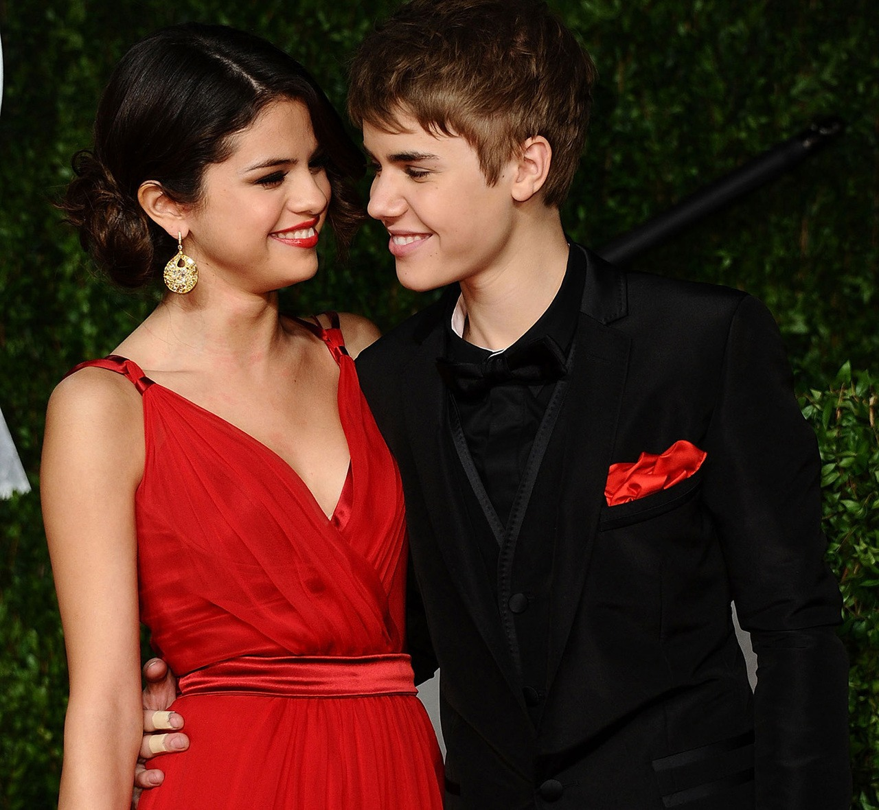 WEST HOLLYWOOD, CA - FEBRUARY 27: Actress Selena Gomez (L) and singer Justin Bieber arrive at the Vanity Fair Oscar party hosted by Graydon Carter held at Sunset Tower on February 27, 2011 in West Hollywood, California. (Photo by Michael Buckner/WireImage)