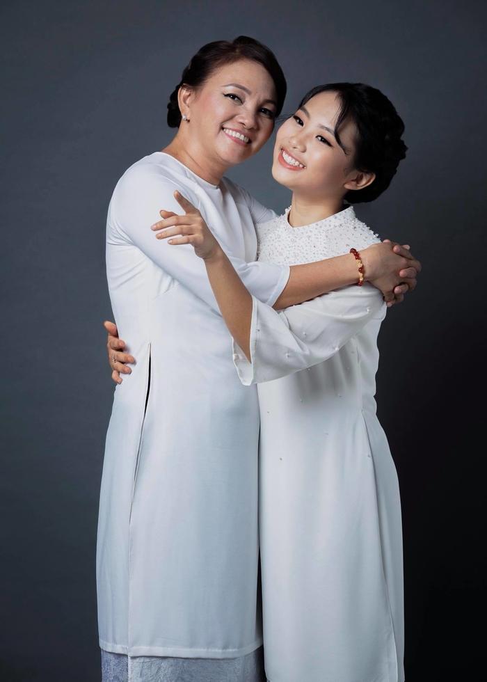 """""""Cô bé dân ca"""" Phương Mỹ Chi chia sẻ xúc động về mẹ trước thềm lễ Vu Lan"""