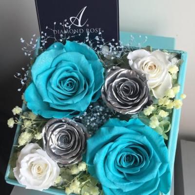 🌹Tiffany's Favourite Blue Floral Box🌹  踏入夏天,氣溫上升 這是時候増添帶有清涼氣息的花禮🌹🍀  這個15厘米正方體花盒裡面 放有日本Amorosa頂級Tiffany Blue大玫瑰 其中一朵更是Diamond Rose💎💎 花瓣上鋪上耀眼的鑽石閃粉💫✨  銀色玫瑰採用日本另一個高級品牌Lumière 這個牌子的金色及銀色玫瑰較早前已停產 加上花型比其他品牌更美,因此是超級絕版👍🏻  目前有少量Lumière Glittering Silver Roses  客戶如欲指定用此品牌銀色玫瑰 本店現在限量製作5盒,即只有5個訂製名額 期後的訂單將採用其他日本品牌的銀色玫瑰  客戶可自訂花材顏色,如有任何查詢或訂購,歡迎inbox我們。謝謝!🌹🌹  🎁 https://www.facebook.com/LadyJFloral/ 🎁