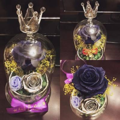 🌹✨限定Sparkling Rose Dome系列✨🌹  在這個閃亮系列當中, 藍寶石玫瑰是Lady J的最愛😘💙 各位正在選擇禮物給男生的女生, 相信這瓶藍寶石玫瑰就是最佳選擇😉💙  🎄產品花材重點介紹🎄  💙閃亮藍寶石(Sapphire Blue)玫塊: 主花閃粉玫瑰花, 色澤如藍寶石般美麗動人, 尤其晚間觀賞, 閃爍效果更明顯✨✨  🌹銀色小玫瑰: 比較少有的顏色, 不過這種色系十分特別, 適合跟其他較深的顏色搭配, 尤其配上閃亮玫塊, 整瓶保鮮花的閃耀光芒盡現💫💫  🌾黃金閃粉滿天星: 黃色滿天星加上銀色閃粉, 跟主花配合起來, 讓整個產品設計更吸引、更矚目🌟🌟  新開張期間, 客戶凡惠顧本店的花藝產品, 即可獲減$100現金優惠!!😊😉  客戶煩請預留7至14個工作天的製作時間, 如欲訂購或有任何查詢, 歡迎私訊到本店的inbox, 或發電郵至ladyj.floral@gmail.com   🌸Facebook page: https://www.facebook.com/LadyJFloral/ 🌸  ____________________________💟 Please like and share if you love it 💟 🌹 Custom-made orders are welcome 😄 📧 For orders or more information, please FB inbox us or email to ladyj.floral@gmail.com  #preservedflower #preservedflowers #roses #rose #blue #sapphire #light #Verdissimo #yellow #flowers #flower #silver #Christmas #LadyJFloral #Vermeille #Japan #Primavera #聖誕節 #禮物 #保鮮花 #永生花 #不凋花 #gifts #decorations #ornaments #floral #designs #擺設 #玫瑰 #玫瑰花