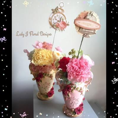 🌹歐式復古花瓶保鮮花工作坊🌹  雖然母親節剛過去一陣子,不過大家十分喜愛康乃馨的話,相信也會喜歡這個花禮,快來參加我們的「歐式復古花瓶保鮮花工作坊」。  這個歐式復古花瓶裡的花材包括康乃馨、玫瑰、繡球花及少量配花;參與者可自選工作坊當天所提供的花材的顏色,自由搭配。  所有花材全部採用日本多個知名品牌,花藝不用澆水或陽光照射,放在乾爽位置,可保存2至3年。  ---------------------------------------  日期:5月29日 (星期日) 時間:下午4時 - 6時 地點:LOCOLOCO Concept Store 地址:銅鑼灣富明街1號寶富大樓3樓K室 (優之良品樓上) 人數:4-8名 學費:優惠價$498 (原價$598) (🌹包括花材、花器、工具借用、導師教學🍀)  --------------------------------------- 備註: 1.花材:包括1朵主花、2朵小花、繡球花、及其他配花/配件。  工作坊的所有花材全部採用日本多個知名品牌,參與者可享受日本優質的花材製作獨一無二的保鮮花花禮。  2. 花器:寬約10.3cm, 瓶口直徑約6cm, 全高約13cm  3. 花藝師專業簡介: - 香港保鮮花會(HKPFA)會員 - 專業保鮮花師資培訓學院(HKAPF)學員 - 持有日本MONO保鮮花課程專業資格 - 曾參與第1屆及第2屆香港國際保鮮花 暨 資材展(HKPFA舉辦) - 曾多次被獲邀請於香港大學擔任講師及開辦保鮮花專業講座  4. 報名由即日起生效,將於5月27晚上23:59截止。  5. 所有花材及配件視乎季節及供應商供應而定。  6. 有興趣參與的客戶可以相約朋友一起組班,如有4人或以上可包班兼享有「額外優惠」!有關詳情,歡迎inbox我們。  7. 客戶如欲訂定另一個時間組班參加工作坊,可以inbox我們盡早通知及商議細節,或在此帖文comment/留言招新朋友一起參與。  8. 報名於銀行轉帳後方為有效,煩請申請人報名當日起兩日之內把款項轉帳至指定銀行戶口以確定留位,逾期無效。  9. 已報名的參與者如於工作坊當日缺席或因個人理由而未能出席,將不設補堂或退還款項,而所付的費用可用作購買花禮,需約3個工作天的製作。  10. Lady J Floral Designs保留最終決定權。  🌹 https://www.facebook.com/LadyJFloral/ 🌹  #保鮮花 #永生花 #不凋花 #恆星花 #preservedflowers #preservedflower #興趣班 #花藝師 #手作人 #floral #decoration #HKPFA #gifts #handmade #工作坊 #本地手作 #生日禮物 #禮物 #florists #workshop #birthday #DIY #日本 #花材 #玫瑰 #繡球花 #康乃馨 #LadyJFloral #office #home