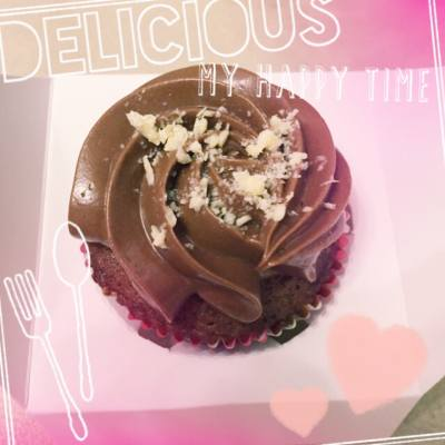 (11.09.2015) Happy Friday night 💖💖   A very big thanks for Betty\'s teaching for making preserved flowers 🌹🌹   Plus the yummy chocolate cupcake 🍫🍰😋😋  #baybaygarden #preservedflowers #cupcakes #chocolates #desserts