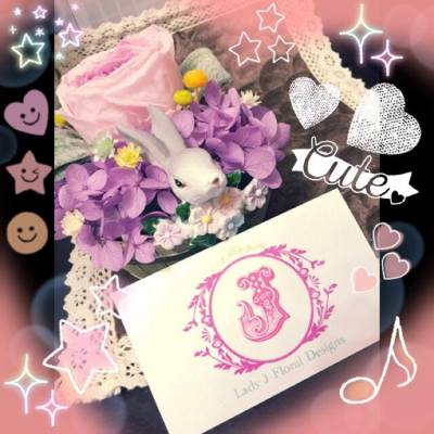 🐰Little Rabbit in Wonderland🐰  Lady J特意搜尋最新的花材和別具特色的花器, 為大家創作既新穎又吸引的花藝產品😘❤️  這個小兔保鮮花擺設是本店的最新產品之一🐰🐰   💜紫色繡球花加上粉紅色漸變庭園玫瑰(Garden Rose🌹)及軟綿綿的綠色羊耳仔(Lamb's ear leaves🐑🌿), 再配合不同顏色的小星菊, 感覺像置身在夢遊仙境般💜  體積雖然不算十分大, 但也有手掌般大的, 非常適合作家居擺設或公司桌面擺設😉😇🍀🍀  這個小兔保鮮花擺設於本店新開張期間以優惠價發售 (注: $100現金回贈優惠不適用於此產品)  🌹庭園玫瑰和繡球花現有多種顏色給客戶選擇🌹  如欲訂購或任何查詢, 請即私訊到本店的inbox, 或發電郵至ladyj.floral@gmail.com  🌸Facebook page: https://www.facebook.com/LadyJFloral/ 🌸  ____________________________💟 Please like and share if you love it 💟 🌹 Custom-made orders are welcome 😄 📧 For orders or more information, please FB inbox us or email to ladyj.floral@gmail.com  #preservedflower #preservedflowers #roses #rose #purple #pink #green #white #garden #flowers #flower #yellow #office #LadyJFloral #Japan #home #禮物 #保鮮花 #永生花 #不凋花 #gifts #decorations #ornaments #floral #designs #擺設 #玫瑰 #玫瑰花 #家居 #公司桌面