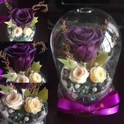 這個是另一位客戶要求訂製的款式🌹💜   今次是這位男生想購買聖誕禮物給他的未婚妻, 他也非常信任Lady J的專業, 給予創作空間, 除了玫瑰花有特別要求外, 其他配花交給Lady J設計😊😄   這個閃亮玫瑰玻璃瓶以紫色、白色、綠色為主, 3朵玫瑰當中, 紫色和珍珠白色玫瑰為閃粉系列, 配上bridal white小玫瑰、金色滿天星、青綠色聖誕葉和雙色(紫/綠)繡球花, 另再加上珍珠串珠作配件, 既濃厚又溫馨的聖誕感覺盡在這玻璃瓶裡✨💖🌹💜   Lady J感到十分榮幸能夠為客人製作窩心的聖誕禮物給他的未婚妻😉🌸 在這裡再次感謝這位男生對Lady J的專業充滿信心, 祝福客戶有一個甜蜜溫馨的聖誕節!!!!🎁🌹🎄❤️   本店新開張期間, 各位客戶凡惠顧本店的花藝產品, 即可獲減$100現金優惠!!😊😉   各位客戶煩請預留7至14個工作天的製作時間, 如欲訂購或有任何查詢, 歡迎私訊到本店的inbox, 或發電郵至ladyj.floral@gmail.com   🌸Facebook page: https://www.facebook.com/LadyJFloral/ 🌸  ___________________________💟 Please like and share if you love it 💟 🌹 Custom-made orders are welcome 😄 📧 For orders or more information, please FB inbox us or email to ladyj.floral@gmail.com  #preservedflower #preservedflowers #roses #rose #purple #green #聖誕葉 #white #bridal #flowers #flower #fiancé #fiancée #LadyJFloral #Japan #leaves #禮物 #保鮮花 #永生花 #不凋花 #gifts #decorations #ornaments #floral #designs #擺設 #玫瑰 #玫瑰花 #Christmas #聖誕節