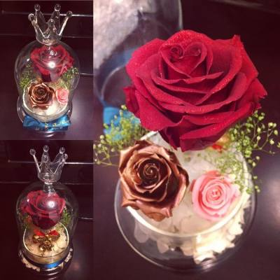 🌹✨限定Sparkling Rose Dome系列✨🌹  在這個閃亮系列當中, 紅寶石玫瑰也是Lady J的誠意推介😘❤️ 各位正在選擇聖誕禮物的客戶, 相信這瓶紅寶石玫瑰就是最佳選擇😉❤️  大家細心看著這朵紅寶石玫瑰, 也可以看見花瓣的排列呈現一個小小的心型呢!!❤️❤️  🎄產品花材重點介紹🎄  ❤️閃亮紅寶石(Ruby)玫塊: 主花閃粉玫瑰花, 色澤如紅寶石般瑰麗動人, 尤其晚間觀賞, 閃爍效果更明顯✨✨  🌹古銅色小玫瑰: 比較少有的顏色, 不過這種銅色系十分特別, 色澤比金色更鮮明自然, 適合跟其他鮮艷的顏色搭配, 尤其配上閃亮玫塊, 整瓶保鮮花的閃耀光芒盡現💫💫  🌾翠綠閃粉滿天星: 綠色滿天星加上銀色閃粉, 跟主花配合起來, 讓整個產品設計更吸引、更矚目🌟🌟  新開張期間, 客戶凡惠顧本店的花藝產品, 即可獲減$100現金優惠!!😊😉  客戶煩請預留7至14個工作天的製作時間, 如欲訂購或有任何查詢, 歡迎私訊到本店的inbox, 或發電郵至ladyj.floral@gmail.com   🌸Facebook page: https://www.facebook.com/LadyJFloral/ 🌸  ___________________________💟 Please like and share if you love it 💟 🌹 Custom-made orders are welcome 😄 📧 For orders or more information, please FB inbox us or email to ladyj.floral@gmail.com  #preservedflower #preservedflowers #roses #rose #red #ruby #pink #Verdissimo #green #flowers #flower #bronze #Christmas #LadyJFloral #Vermeille #Japan #Primavera #聖誕節 #禮物 #保鮮花 #永生花 #不凋花 #gifts #decorations #ornaments #floral #designs #擺設 #玫瑰 #玫瑰花