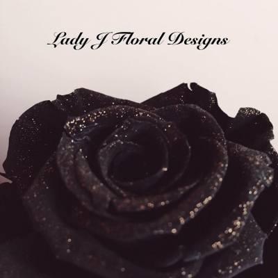 🌚Midnight Black Sparkling Rose🌝  深夜突然醒來 但又沒有睡意 因此現在Po文  這是日本品牌Florever鑽石玫瑰系列 今次是充滿神秘的黑色配上金色閃粉 想知道Lady J會造出怎樣的花藝設計 大家記得緊貼本店的最新消息及資訊  如欲查詢及訂製花禮,歡迎inbox我們🌹🌹  🌜https://www.facebook.com/LadyJFloral/🌛