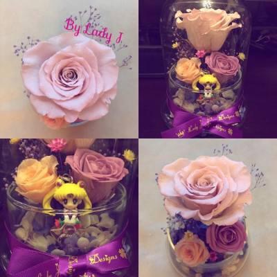 這個是客戶要求訂製的款式🌹💖   客人非常信任我們, 由於他想向他的女朋友求婚, 希望主要顏色是浪漫的紫色, 瓶子裡可放月野兔吊飾, 其他細節交給Lady J設計😊😄   想起求婚, 亦能夠跟紫色配襯, 相信淡粉色大玫瑰是首選之一, 配上淺紫色小玫瑰、紫色閃粉滿天星和靛色繡球花, 浪漫情懷慢慢地滲透出來✨💖💜   🌹🌹如果大家細心地看著這朵淡粉色大玫瑰, 會發現花瓣的排位呈現一個大心形呢!!!!🌹🌹   客人看過製成品的照片和影片後, 感到十分滿意😁❤️ Lady J同時也感到榮幸能夠為客人製作窩心的求婚禮物😉🌸   Lady J在這裡祝福客戶求婚成功!!!!👍🏻😇🌹❤️   本店新開張期間, 各位客戶凡惠顧本店的花藝產品, 即可獲減$100現金優惠!!😊😉   各位客戶煩請預留7至14個工作天的製作時間, 如欲訂購或有任何查詢, 歡迎私訊到本店的inbox, 或發電郵至ladyj.floral@gmail.com   🌸Facebook page: https://www.facebook.com/LadyJFloral/ 🌸  ____________________________💟 Please like and share if you love it 💟 🌹 Custom-made orders are welcome 😄 📧 For orders or more information, please FB inbox us or email to ladyj.floral@gmail.com  #preservedflower #preservedflowers #roses #rose #purple #pink #indigo #white #bridal #flowers #flower #yellow #proposal #LadyJFloral #Japan #求婚 #禮物 #保鮮花 #永生花 #不凋花 #gifts #decorations #ornaments #floral #designs #擺設 #玫瑰 #玫瑰花 #Sailormoon #月野兔