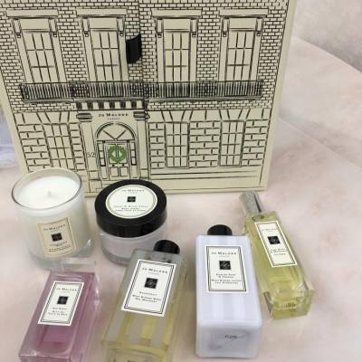 Thanks so much my dear friend 💋💋 House of Jo Malone ❤️ #houseofjomalone #jomalone #jomalonelondon #jomalonehk #imericaaaaa #beauty #staffdiscount #privatesales #bathoil #roses #redroses #bodycreme #cologne