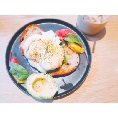 Always reward yourself after some hardcore training 💪🏻 . Egg Benedict with Avocadooooo ☺️ . #hkfood #hkdessert #hkfoodie #intenseworkout #thaiboxing #bruisedalbows #cantcoordinate #nodiet #cuppingroom #cuppingroomhk #avocadotoast #avocadolover #happysunday #20160911