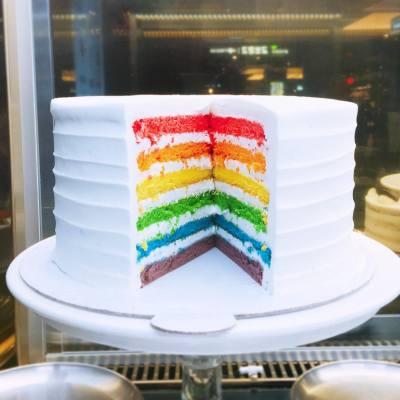 Feels delighted just by looking at the cake ☺️ . 🌈Rainbow Cake 🍰 . #happysaturday #happyweekend #longweekend #doredore #rainbowcake #cafedoredore #dongdaemun #hyundaioutlet #hyundai #teatime #hkfoodie #又飛啦 #misspolspick #throwback