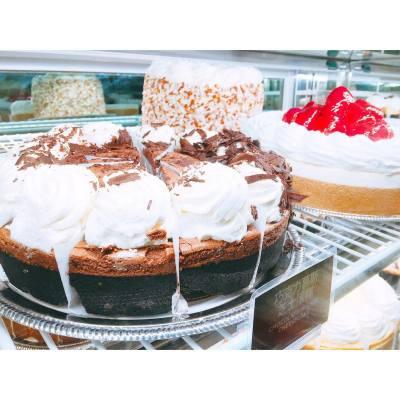OMG Cheesecake Factory in Shanghai! 😱🍰😳😍 . . . #hkfood #hkdessert #hkfoodie #disneyland #disnyelandshanghai #mickey #goofy #weekendgateaway #cheesecakefactory #cheesecake #shanghai