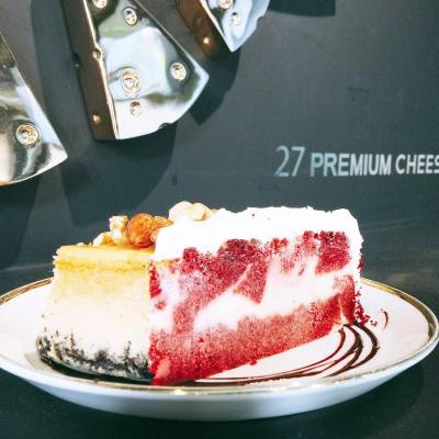 Korean version of Cheesecake Factory! 🍰 . Nut & Nut | Red Velvet Cheesecake . #happysaturday #happyweekend #longweekend #seoul #korea #c27 #c27cheesecakeandcoffee #cheesecake #sinsa #sinsadong #teatime #hkfoodie #redvelvet #又飛啦 #misschowshopping