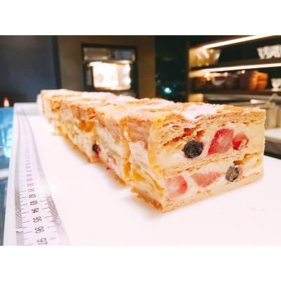 就算心情再差都唔好忘記今日係Happy Friday!! 😉 . Fruit Napoleon . #tgif #happyfriday #happyweekend #hkfoodie #hkfood #buffet #nodiet #grandhyatt