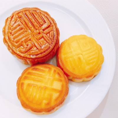 OMG these babies are from heaven! . Thank you @adriennetin and Loying! ❤️ . #misstiara #lovemyjob #thepeninsulaboutique #penmooncakes #半島精品店 #hkfood #hkdessert #hkfoodie #中秋節 #midautumnfestival @thepeninsulaboutique