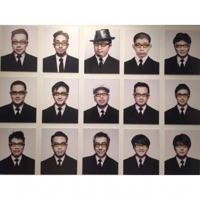agnès b.'s LIBRAIRIE GALERIE舉行了美籍華裔藝術家Young Kim個人攝影展Beyond the Shutter,還展出10年來的 #Suitman 作品。昨晚的#opening,Young Kim還替來賓拍攝即影即有Suitman相片,一同創作圖中的小型照相館。 #agnesb #photo #exhibition