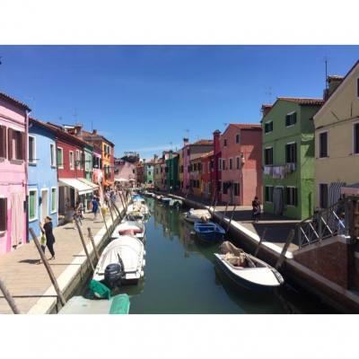 彩色島真係好colourful呀😍🌈每間屋都唔同色同不同佈置🎈影到電話都無晒電呀📱⚡️ #Traveling #venice #Italy #Burano #colourful #Islame #trip #photo