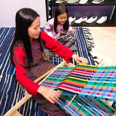 鞋履品牌Keds在今個夏天與不丹品牌 ANA by Karma 於尖沙咀 K11 舉行popup store,每買一雙鞋就可以換購由不丹婦女親手編織的傳統圍巾,幫助有需要的當地婦女。 . 同場亦展出 Keds 2017 春夏最新Stripes系列,充滿夏日feel! . #MissTiaraHK #followmisstiara #shoppinginspiration #shopaholic #newlaunch #hkbeauty #hongkong #Hkfashion #Keds #kedsshoes #KedsHK #ANAbyKarma